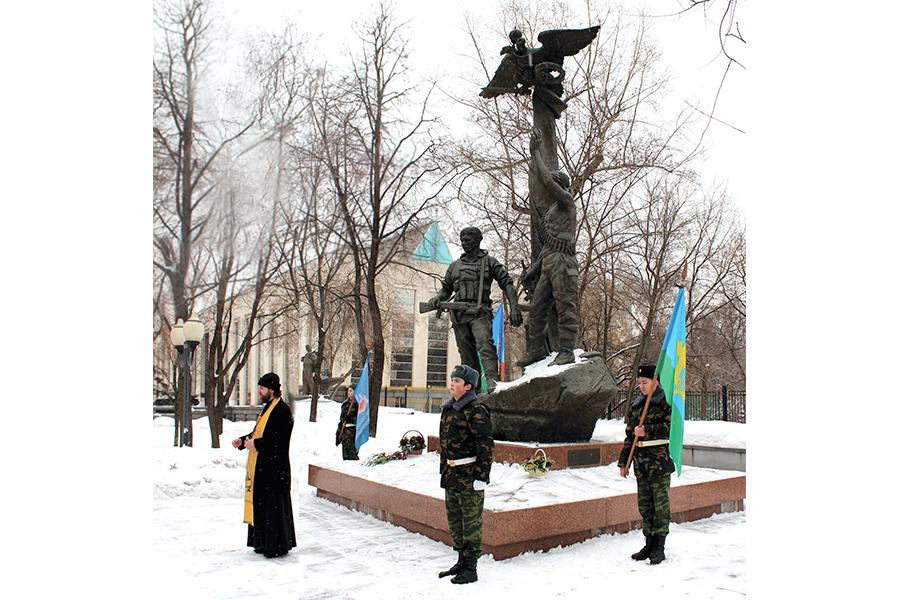 У памятника десантникам 6-й роты 104-го полка 76-й Псковской дивизии ВДВ