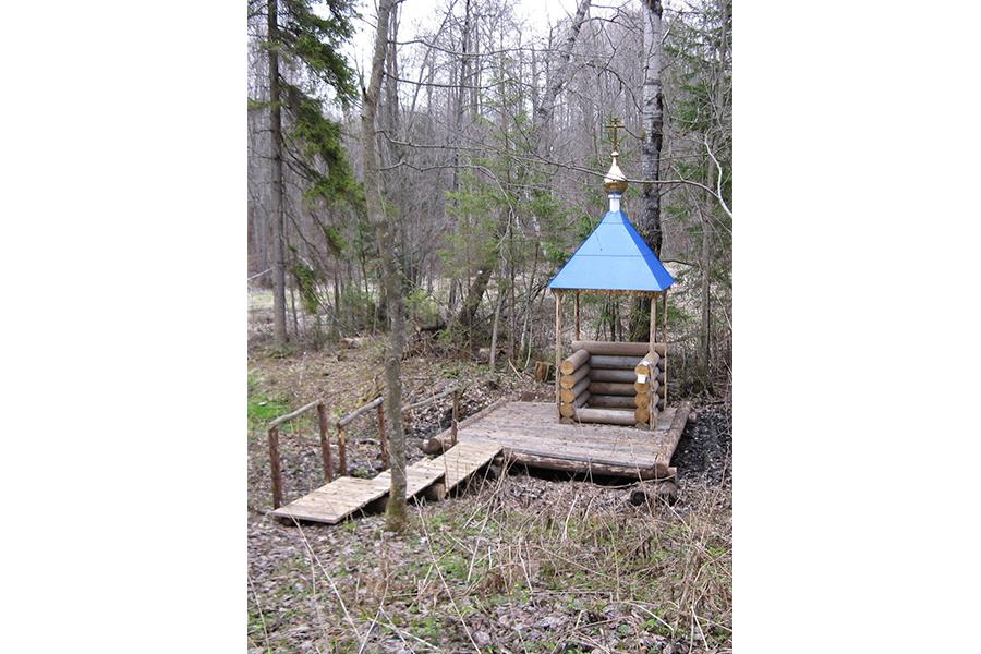 Святой колодезь у подножия холма, почитаемый местными жителями и православными верующими