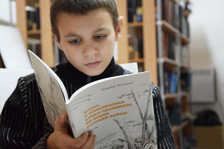 Дети всегда находят что-то интересное для себя в монастырской библиотеке