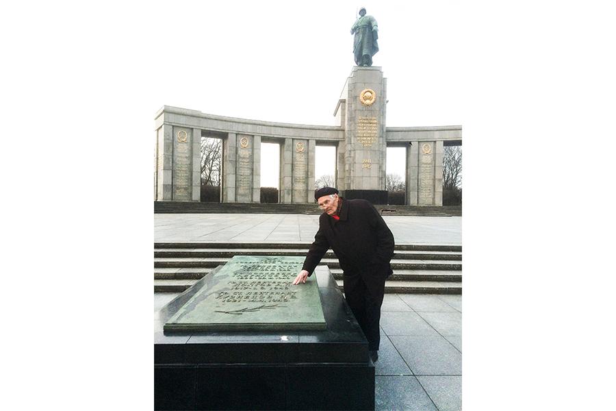 К.М. Долгов на Мемориальном кладбище в Берлине. Март 2015 г.