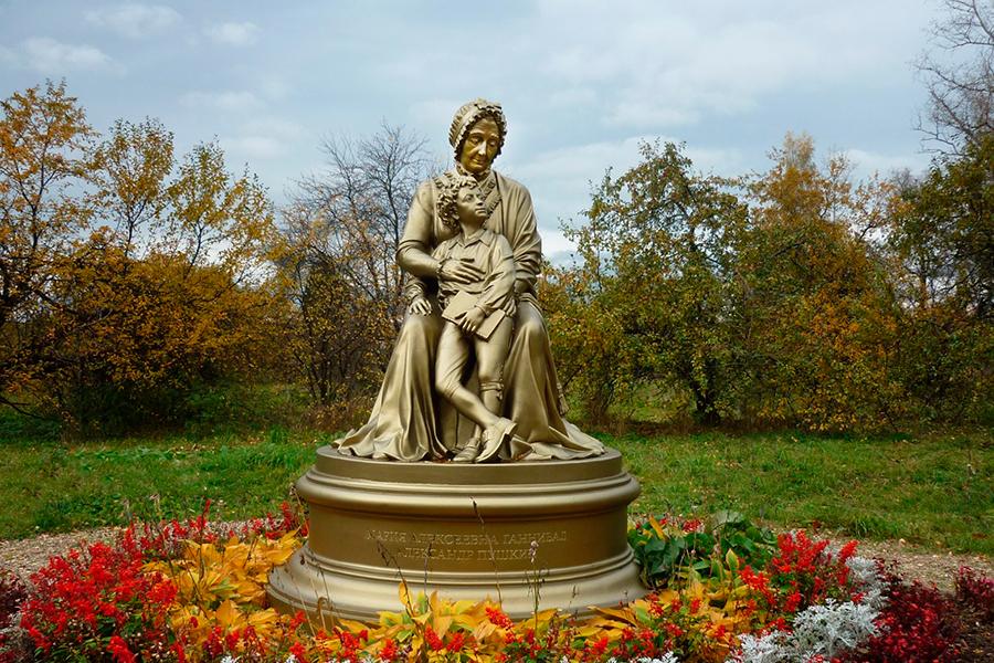 Рядом с барским домом в Захарове стоит памятник Марии Алексеевне Ганнибал и юному Пушкину
