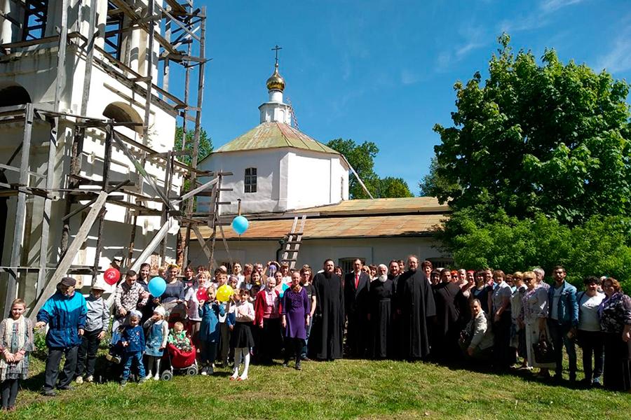 Торжество установки купола и креста на Троицкую церковь в Татево