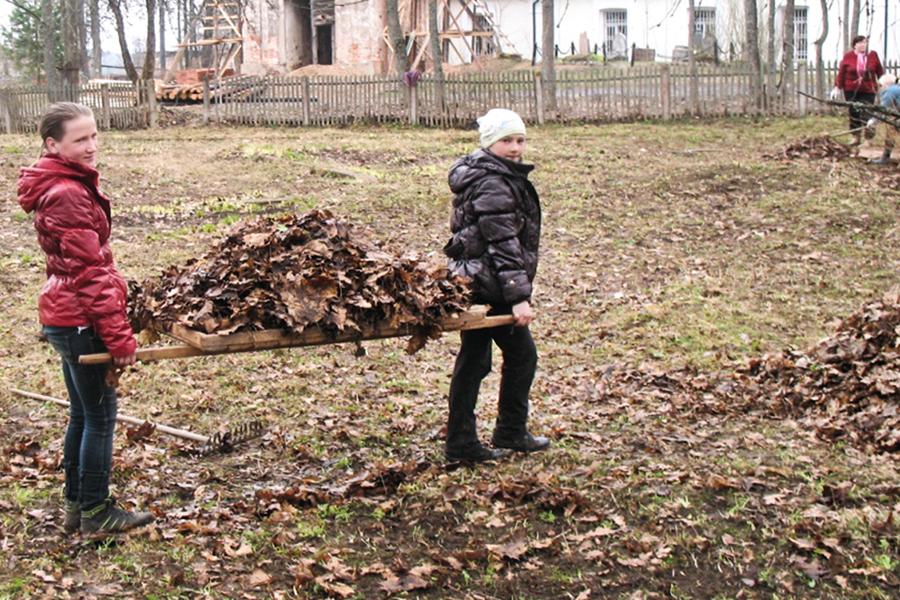 Учащиеся Татевской школы им. С.А. Рачинского на уборке территории