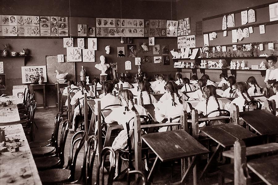 Воспитанницы Мариинского института в Екатеринодаре на уроке рисования