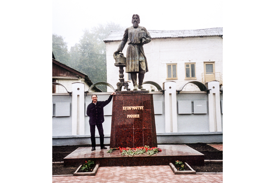 Сергей Полегаев у памятника русскому купечеству в Городце