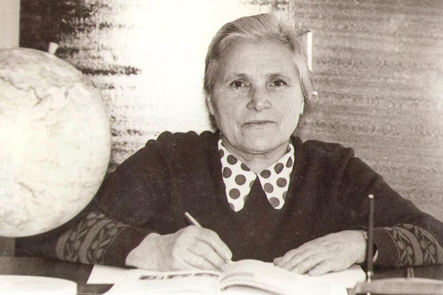 Александра Петровна Большакова, учительница начальных классов Уницкой средней школы, 1986 г.