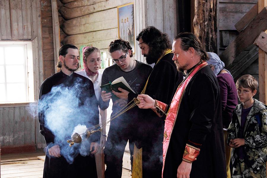 В некоторых глухих деревнях жители в первый раз видели священника