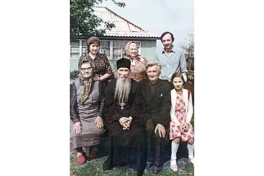 Архимандрит Кирилл со своими родными. Справа от него – брат Адриан, слева – сестра Анна
