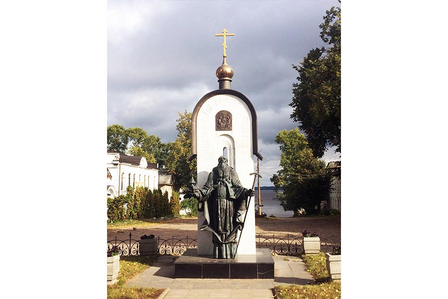 Памятник преподобному Макарию Калязинскому в Калязине