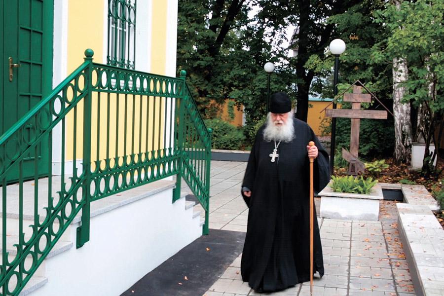 Протоиерей Валериан Кречетов у Покровского храма в Акулове