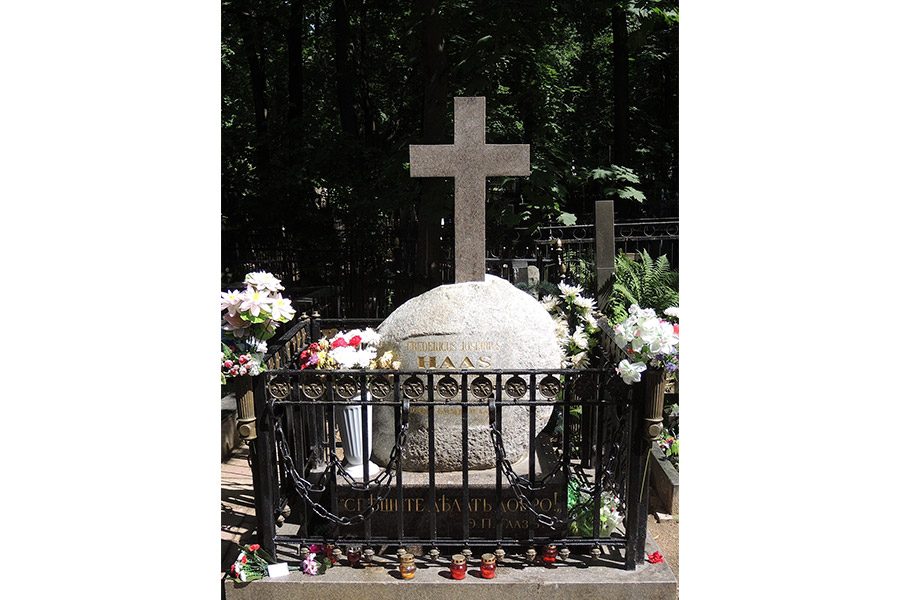 Могила Федора Петровича Гааза на Введенском кладбище в Москве