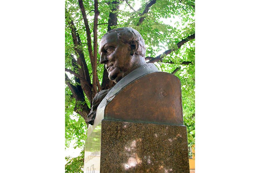 Памятник Ф.П.Гаазу выполнен выдающимся русским скульптором Н.А.Андреевым