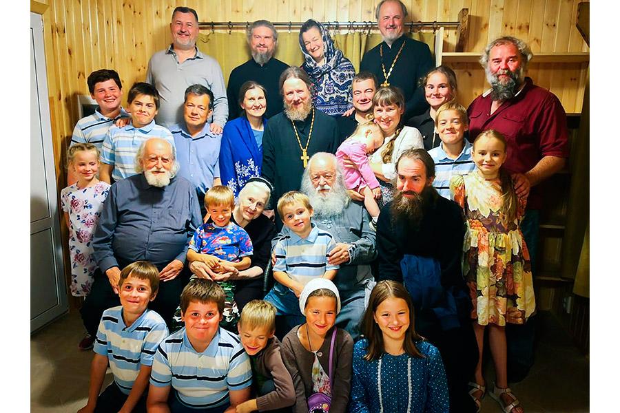 Отец Валериан и матушка Наталия с детьми и внуками
