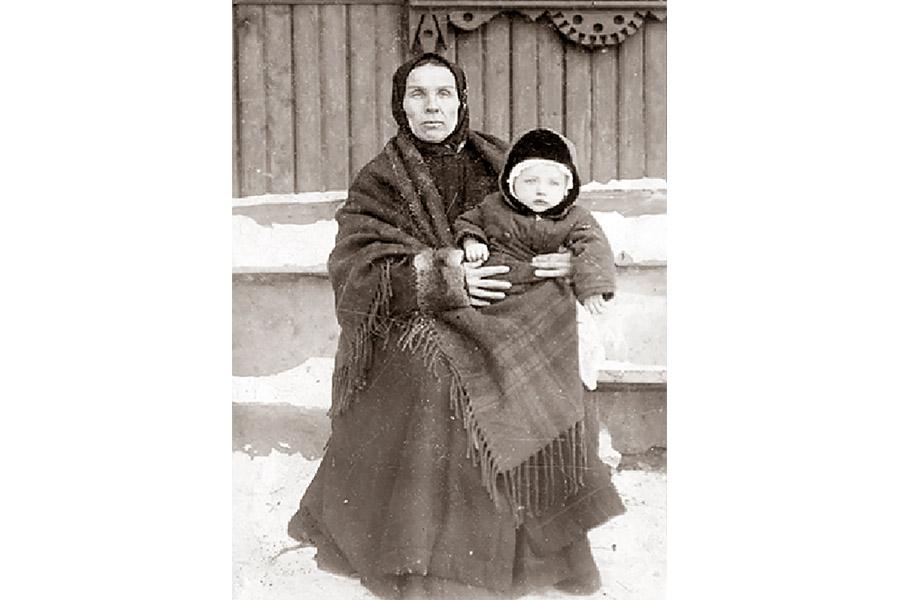 Елизавета Федоровна Чуйкова с внучкой. 1930 г.