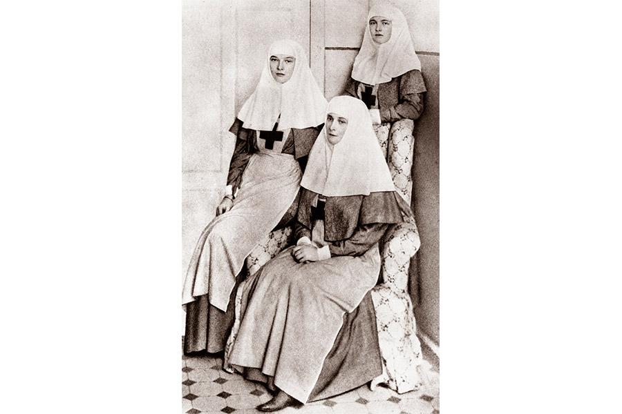 Императрица Александра Федоровна и великие княжны Татьяна и Ольга - сестры милосердия