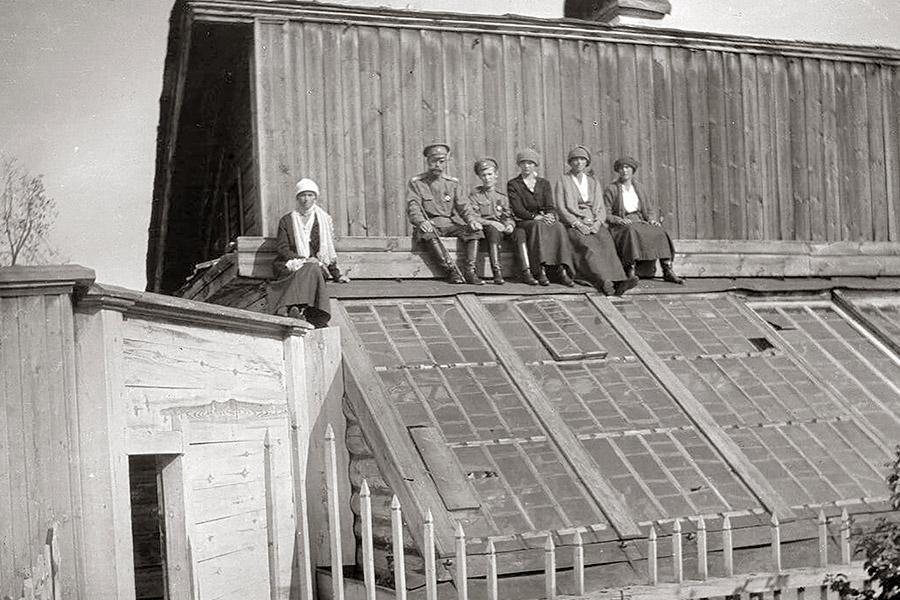 Николай II с детьми на крыше теплицы в Тобольске. 1918 г.