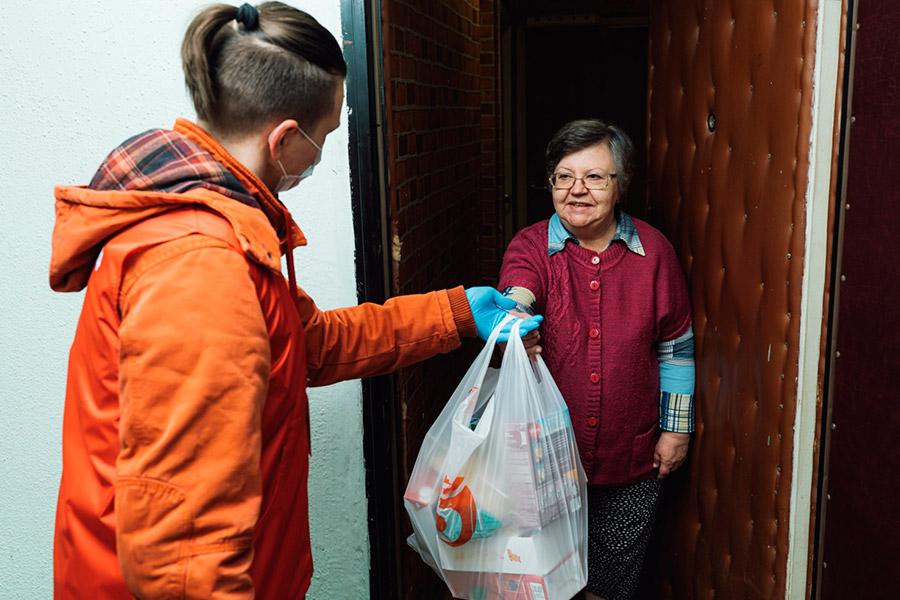 Волонтеры во время карантина помогают пенсионерам