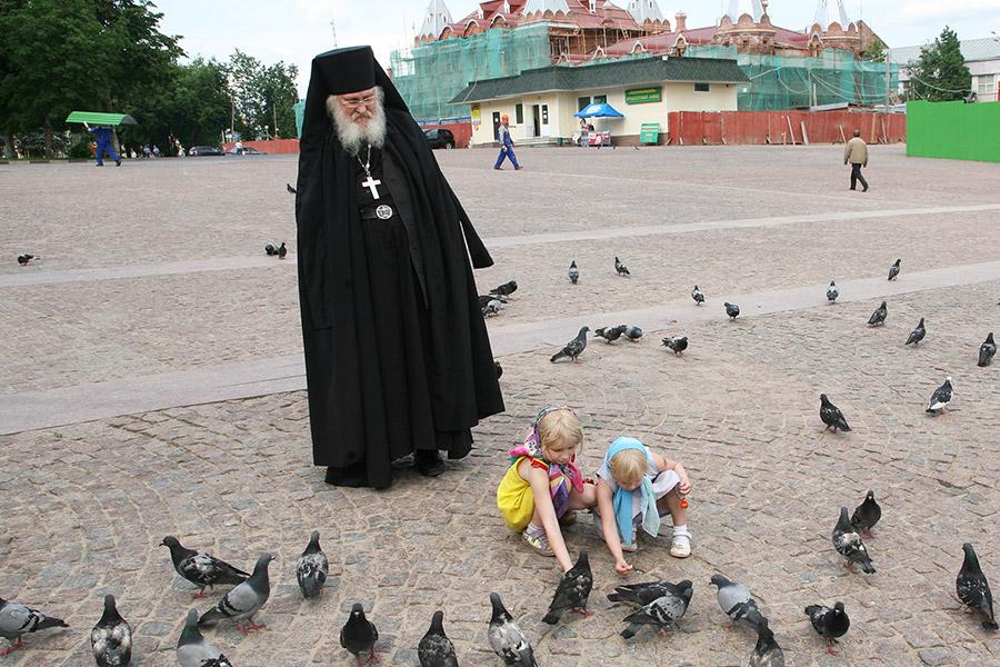 Игумен Киприан (Ященко) с детьми