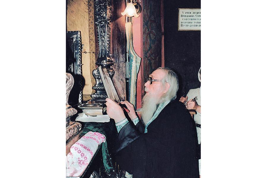 Архимандрит Кирилл на молитве
