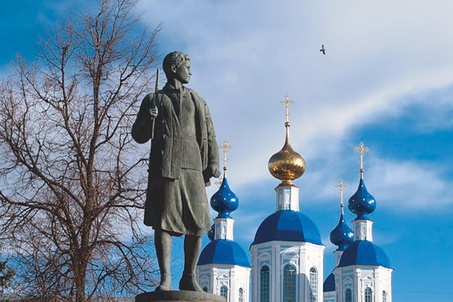 Памятник Зое Космодемьянской в Тамбове у Казанского Богородичного мужского монастыря