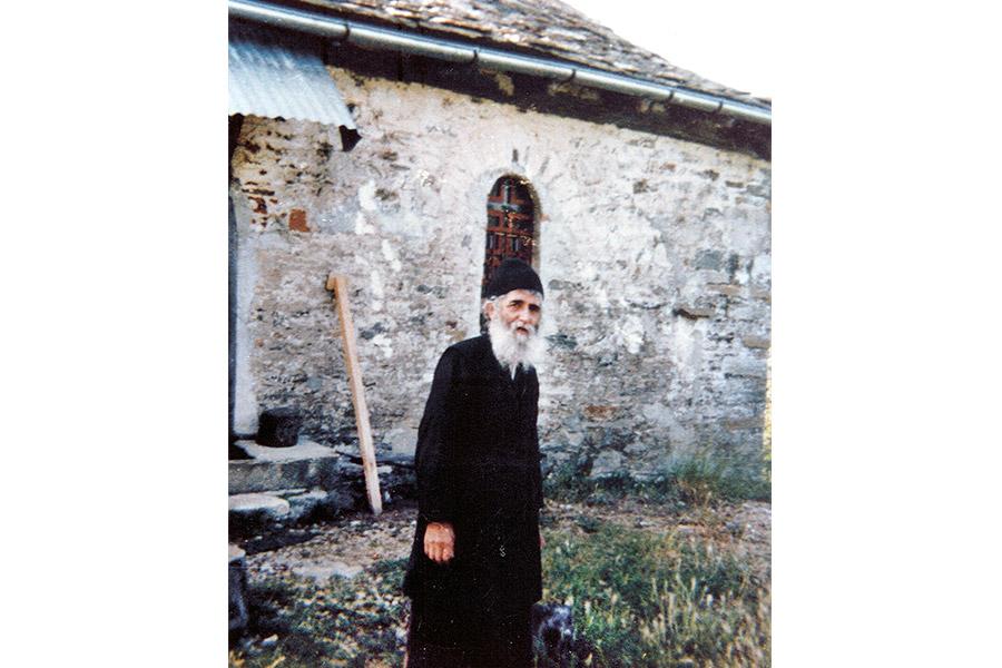 Святой Паисий у своего дома