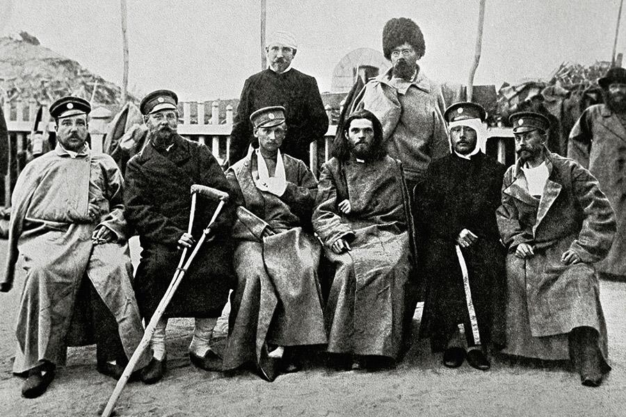 Полковой священник среди раненых