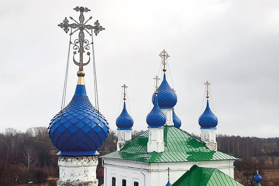 По преданию, на месте нынешних церквей во имя Спаса Всемилостивого и Смоленской иконы Божией Матери находился терем князей Курбских