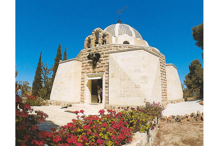 В 1954 г. на Поле Пастухов поставили церковь в виде шатра. Сквозь крохотные оконца в куполе видны небеса и звезды