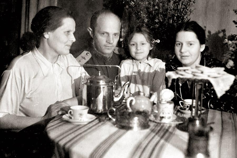 Папа вернулся с фронта. Бабушка, папа, я и мама. Останкино, 1945 г.