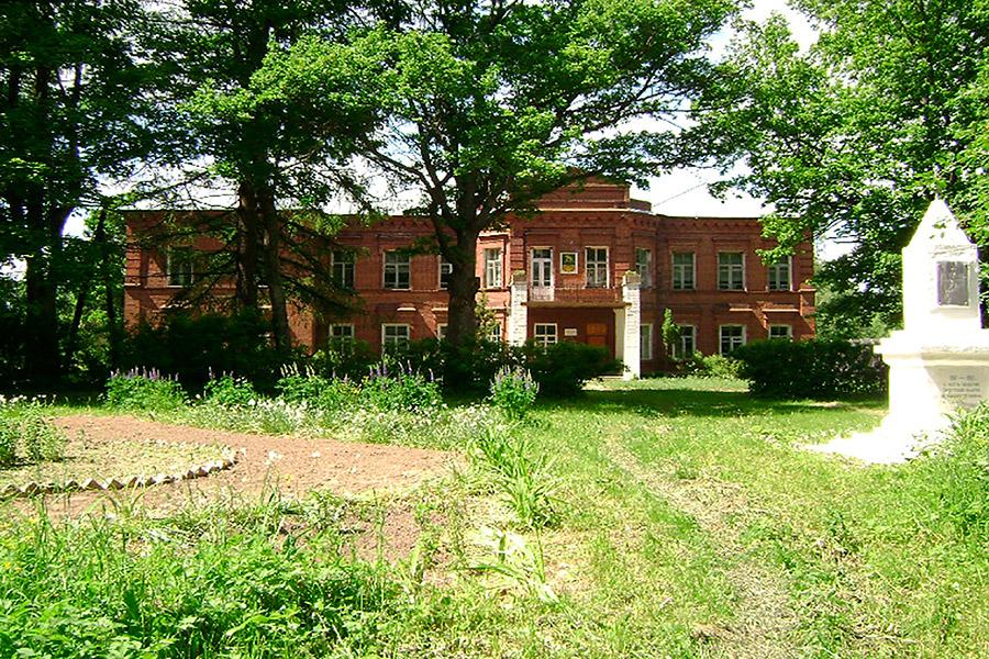 Татевская средняя школа им. С.А. Рачинского. Каменное здание школы построено в 1907 г., уже после смерти педагога