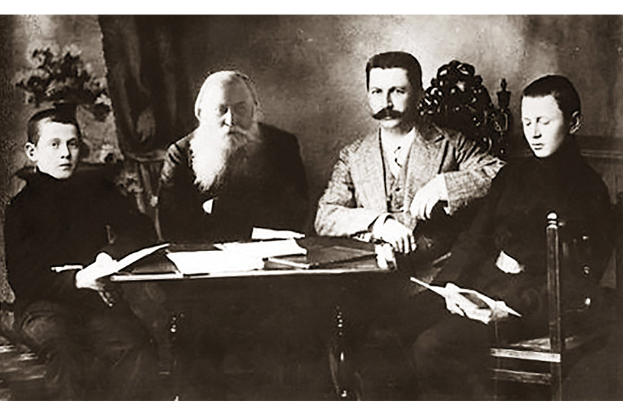Иоасаф Яковлевич Кункин с сыном Вячеславом, первым директором Кашинского краеведческого музея, и внуками Вячеславом (слева) и Пантелеимоном