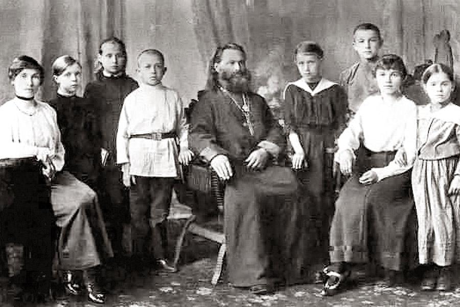 Отец Василий Соколов с детьми и учениками