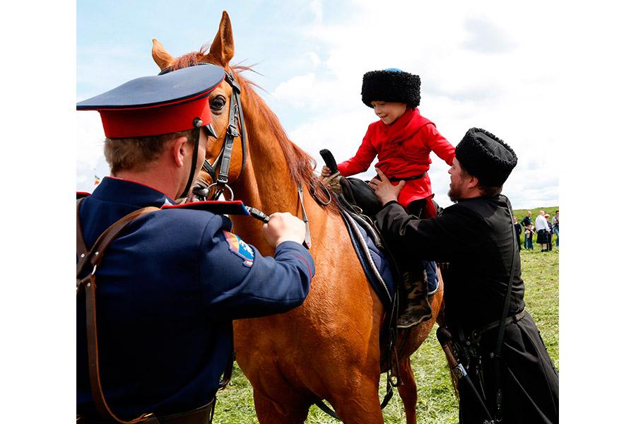 Казаческий обряд посажения на коня ребенка