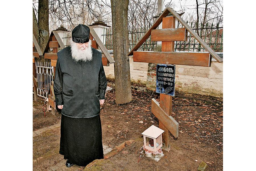 Отец Валериан Кречетов у могилы матери