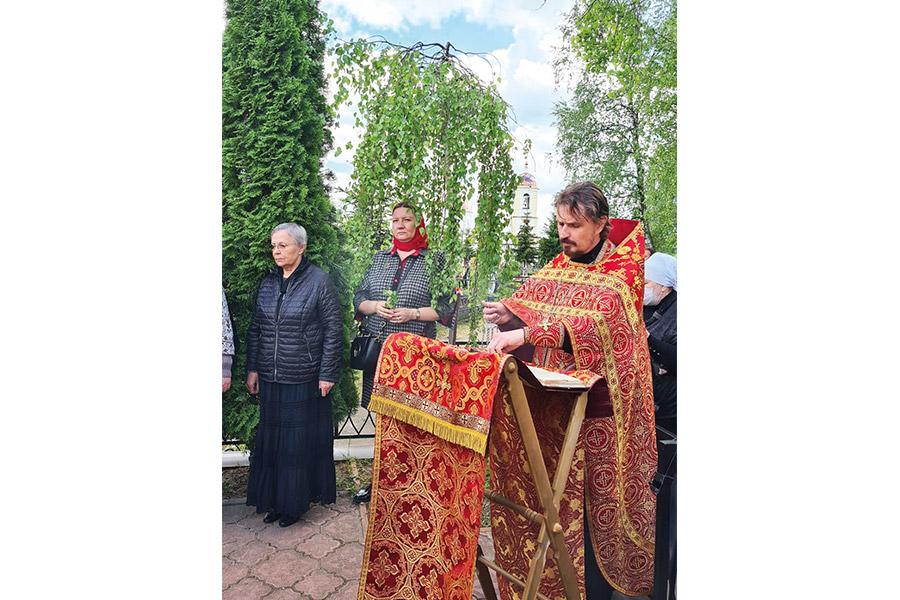 Панихида у могилы Евгения Родионова. Слева - мать Евгения, Любовь Васильевна
