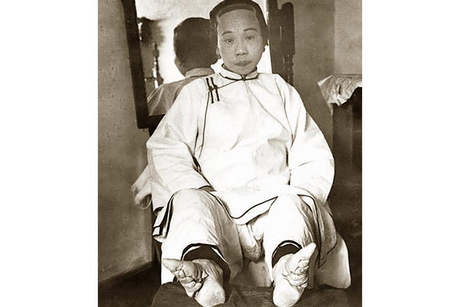 Китайская девушка с «ногами-лотосами». От размера ступни зависел престиж невесты