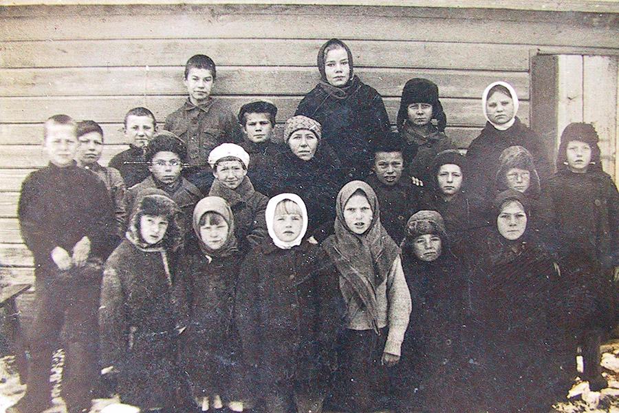 Ученики Покровской школы, 1936 г. Учительница - Елизавета Ивановна Кункина (в центре)
