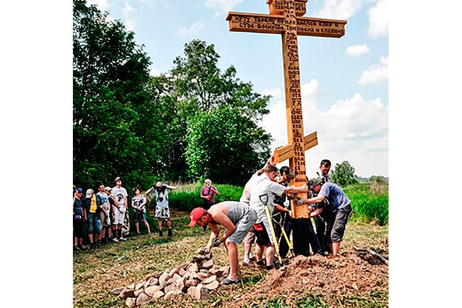 Установка Поклонного креста в селе Покровском в 2015 г.