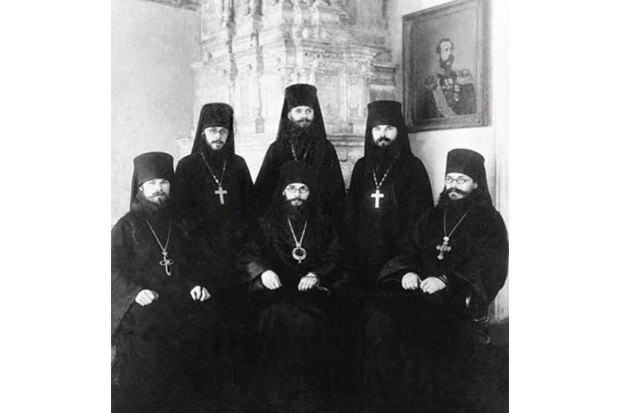 Архиепископ Варлаам среди духовенства МДА
