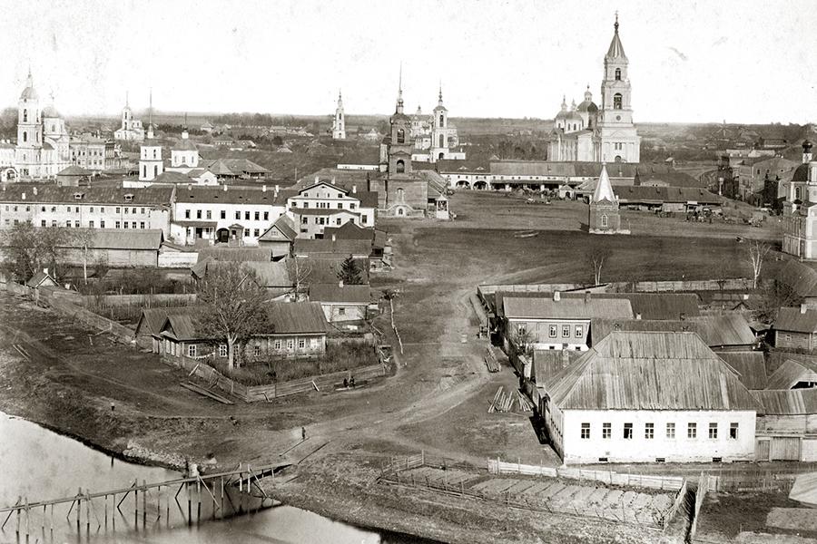 Вид на центр Кашина и торговые ряды со Знаменской колокольни. !880 г. Фото В.А. Колотильщикова
