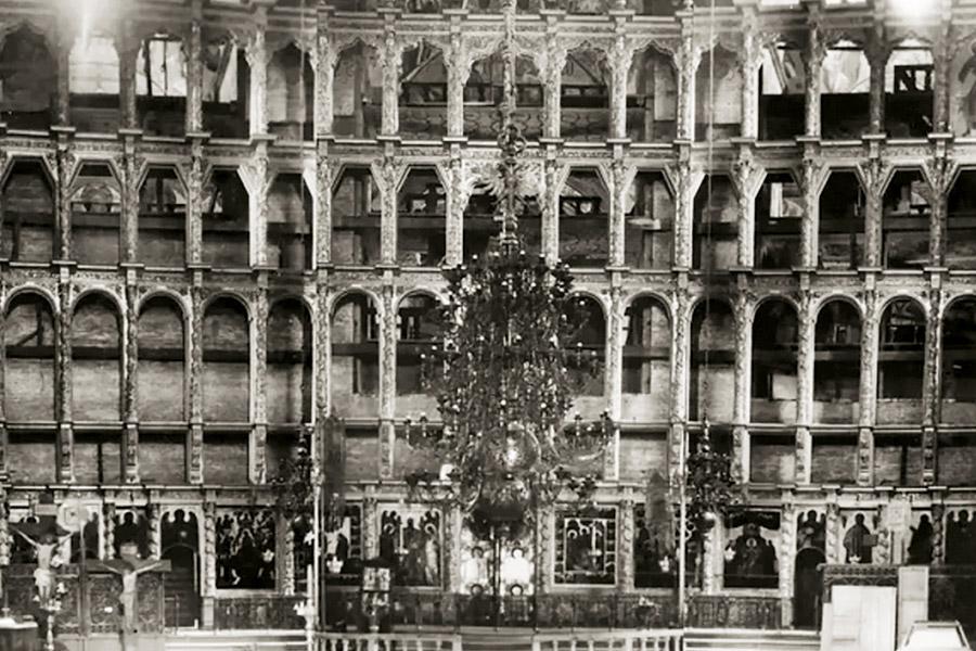 Иконостас Успенского собора. Иконы убраны для реставрации. 1948 г.